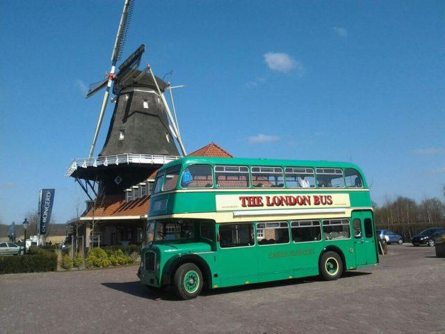 trouwvervoer met groene engelse dubbeldekker oldtimer bus huren