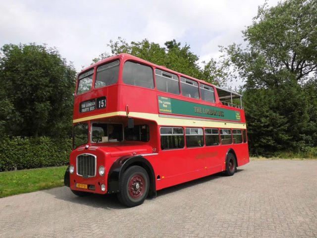 half open dubbeldekker rood oldtimer bus