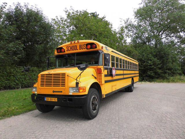 trouwvervoer met amerikaanse schoolbus