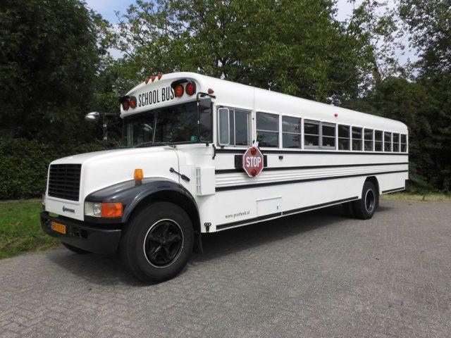witte amerikaanse schoolbus vervoer voor daggasten bruiloft