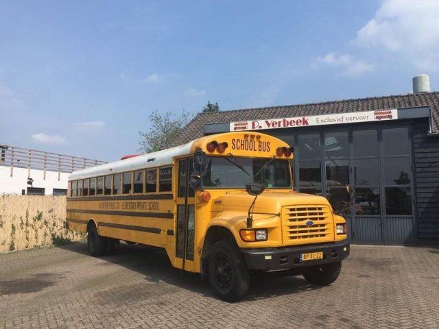 gele schoolbus als food truck oldtimer