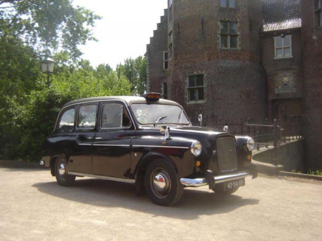 De zwarte engelse taxi is één van de klassiekers uit onze oldtimer verhuur.