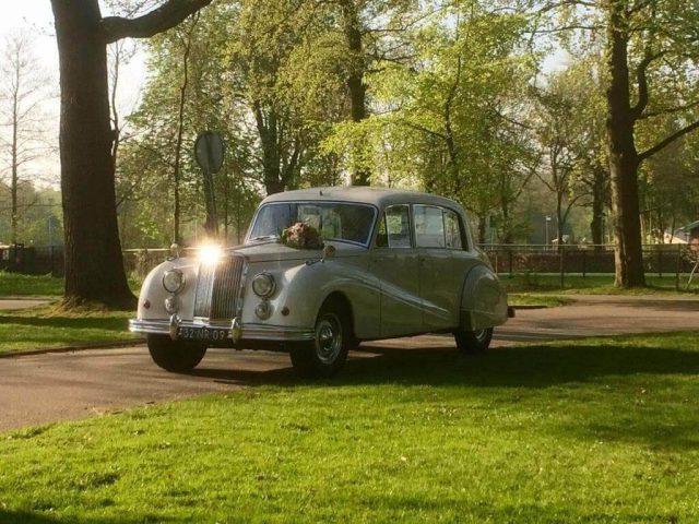 Witte Rolls Royce als trouwauto