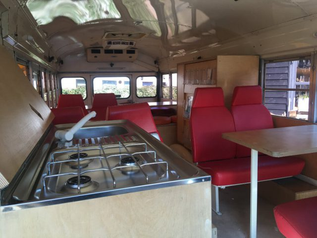 Schoolbus interieur fornuis keuken gasstel