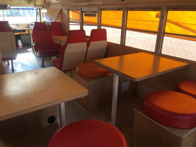 Schoolbus interieur zithoek banken