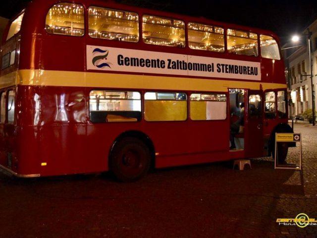 verlichte dubbeldekker bus stembus